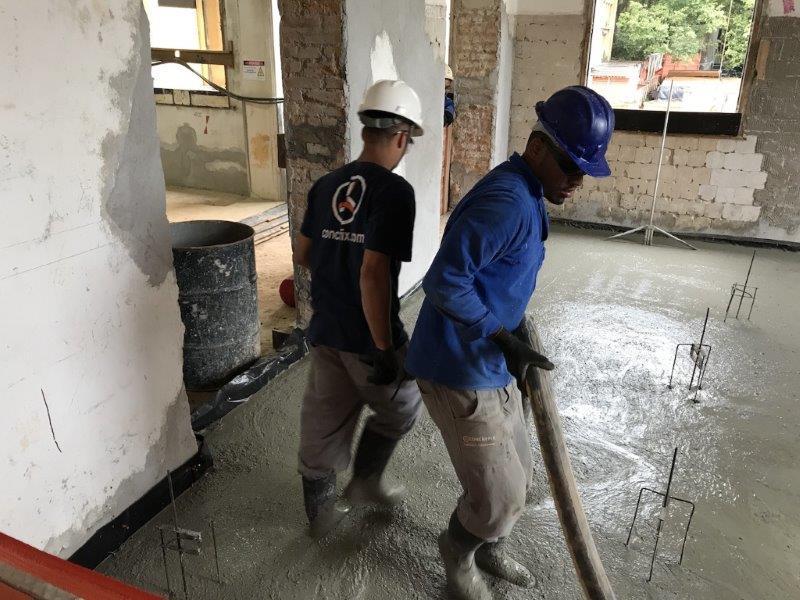 Execução de contrapiso de concreto